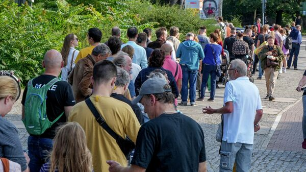 Люди выстраиваются в очередь перед избирательным участком в районе Моабит в Берлине, Германия