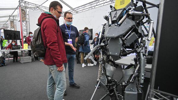 Экзоскелет для облегчения переноса тяжелой ноши на всероссийском фестивале технических достижений Техносреда на ВДНХ в Москве