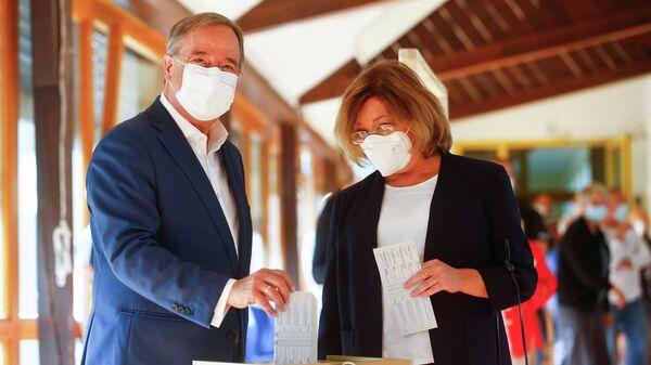 Лидер Христианско-демократического союза (ХДС) и главный кандидат в канцлера Армин Лашет и его жена Сюзанна Лашет голосуют на всеобщих выборах в Ахене, Германия
