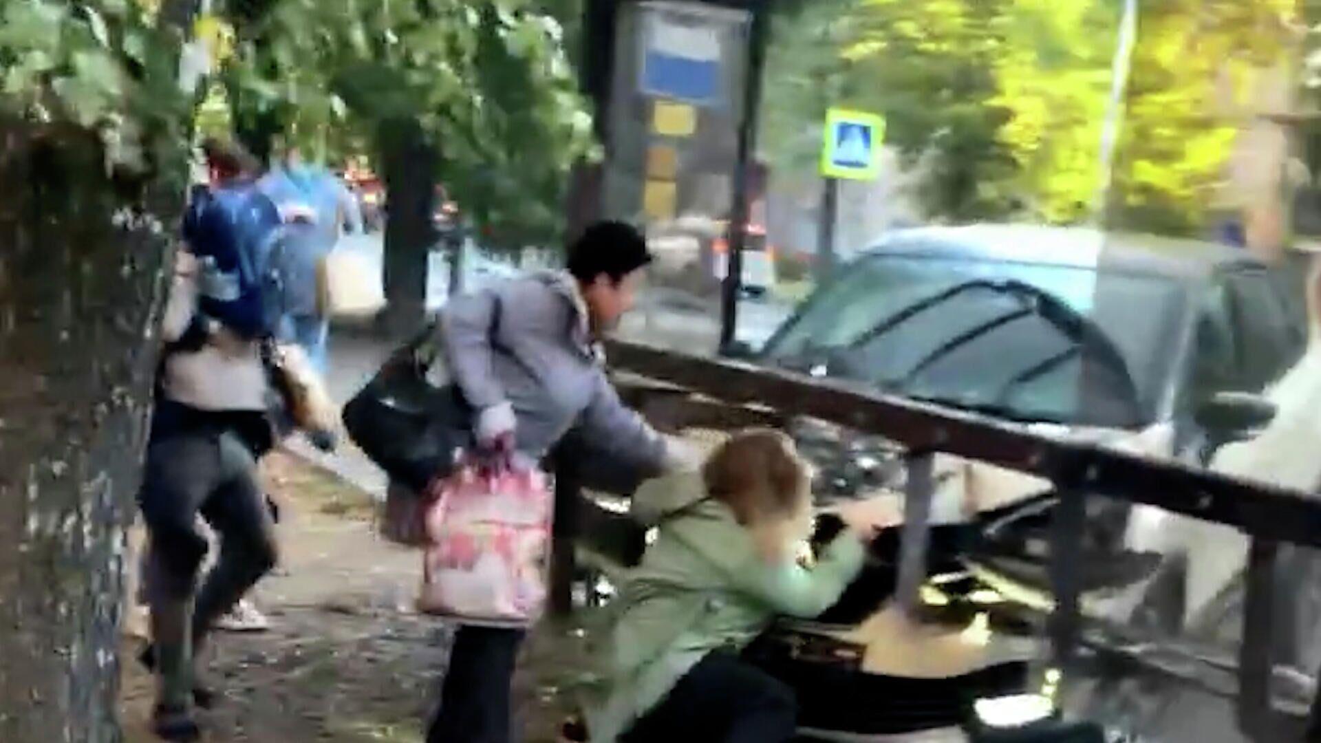 Машина влетела в толпу людей на автобусной остановке в Калининграде. Кадры с места ДТП - РИА Новости, 1920, 27.09.2021
