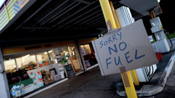 Плакат Извините, нет топлива на заправочной станции Hilltop Garage в Ротли, Лестершир, Великобритания