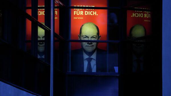 Плакат с фотографией кандидата в канцлеры Германии Олафа Шольца в Берлине