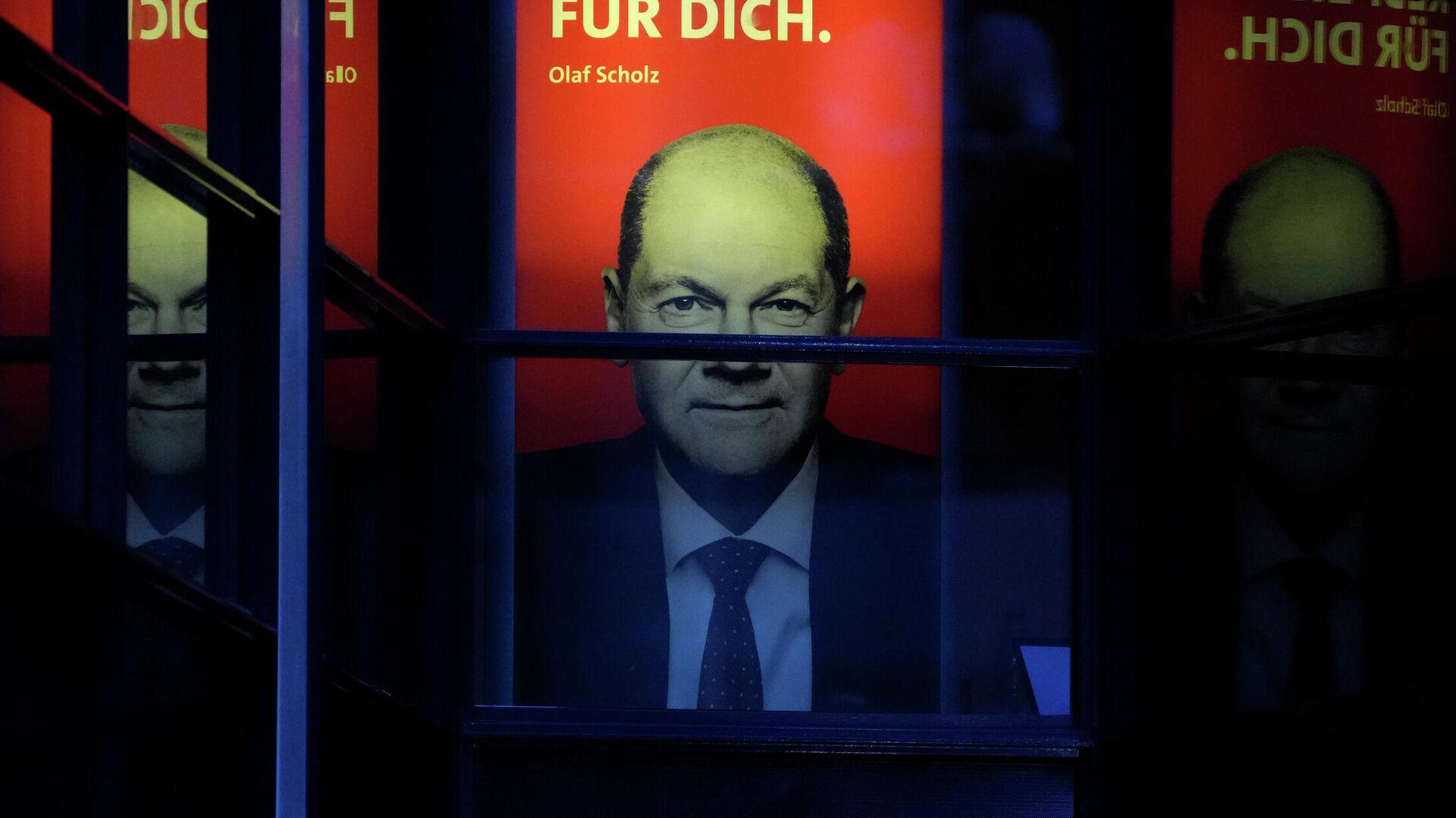 Плакат с фотографией кандидата в канцлеры Германии Олафа Шольца в Берлине - РИА Новости, 1920, 28.09.2021