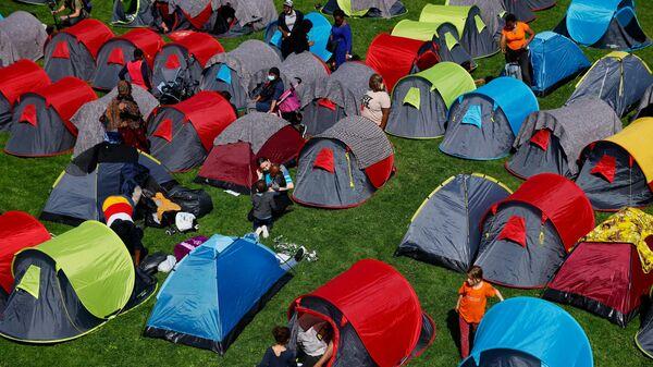 Палатки бездомных и мигрантов в парке Андре Ситроена в Париже
