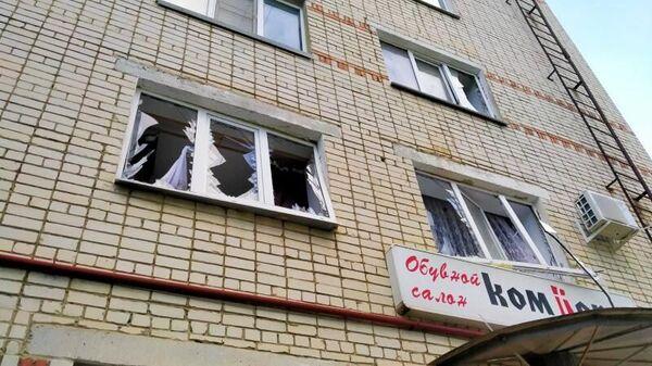 Выбитые в результате хлопка газовоздушной смеси окна в многоквартирном жилом доме на улице Ленина в Изобильненском городском округе Ставропольского края