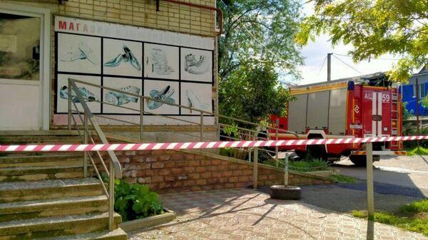 Автомобиль пожарной службы МЧС РФ возле жилого дома на улице Ленина в Изобильненском городском округе Ставропольского края, где произошел хлопок газовоздушной смеси