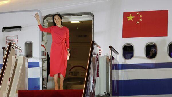 Финансовый директор Huawei Мэн Ваньчжоу выходит из самолета в аэропорту города Шэньчжэнь