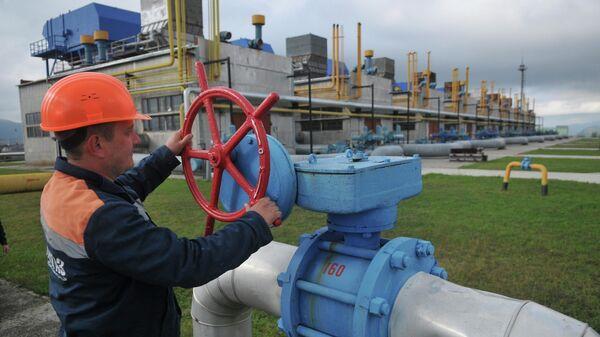 Сотрудник газокомпрессорной станции Воловец в Закарпатской области Украины
