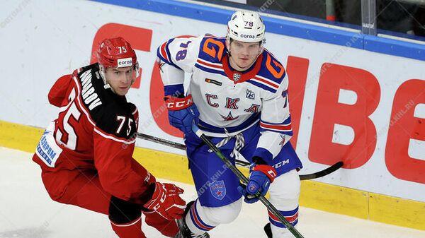 Игрок Витязя Никита Гончаров (слева) и игрок СКА Кирилл Кирсанов