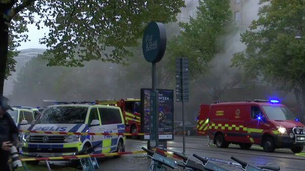 Машины экстренных служб на месте взрыва в жилом доме в Гетеборге, Швеция. Кадр из видео