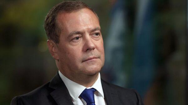 Председатель Единой России, заместитель председателя Совета безопасности РФ Дмитрий Медведев во время интервью телеканалу Russia Today