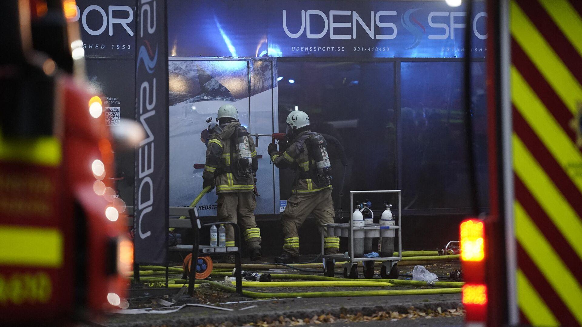 Пожарные на месте взрыва в жилом доме в Гетеборге, Швеция - РИА Новости, 1920, 28.09.2021