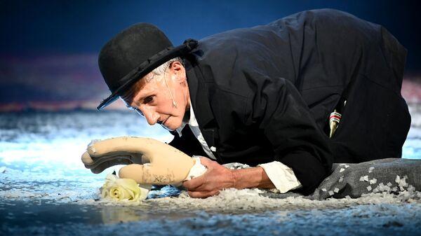 Роза Хайруллина в роли Чарли Чаплина в сцене из спектакля Двое режиссера Дмитрия Крымова в Музее Москвы.
