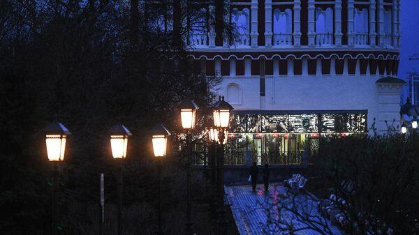 Фонари в Александровском саду в Москве