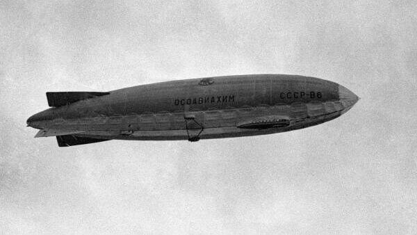 Дирижабль СССР-В6 Осоавиахим (Общество содействия обороне, авиационному и химическому строительству) в полете над Москвой.