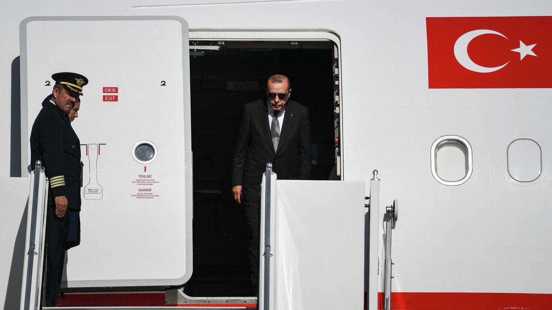 Президент Турции Реджеп Тайип Эрдоган выходит из самолета  - РИА Новости, 1920, 29.09.2021
