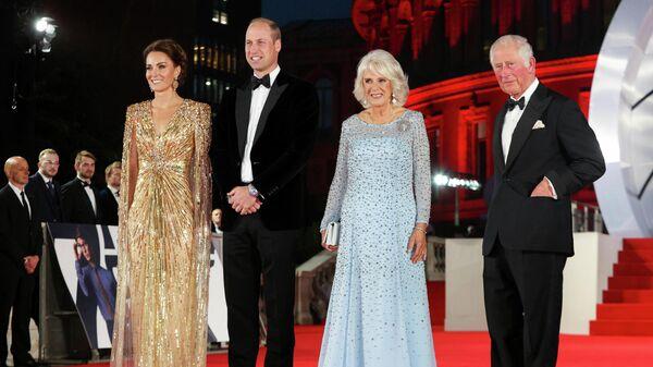 Кейт, герцогиня Кембриджская, принц Уильям, Камилла, герцогиня Корнуоллская и принц Чарльз на премьере нового фильма о Джеймсе Бонде Нет времени умирать''