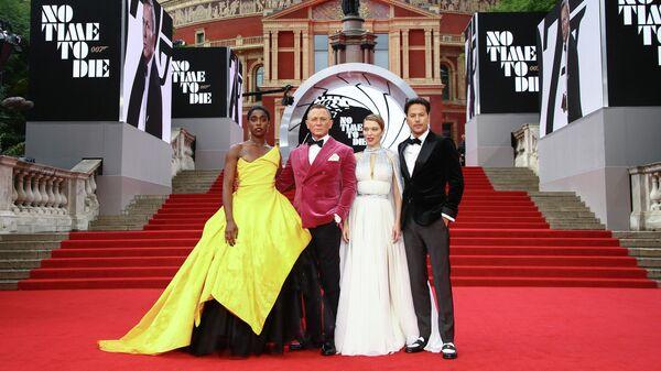 Лашана Линч, Дэниел Крейг, Леа Сейду и Кэри Джоджи Фукунага на премьере нового фильма о Джеймсе Бонде Нет времени умирать''