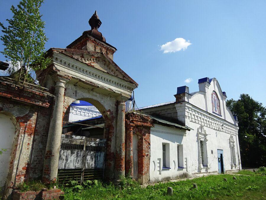 Покровская церковь и ворота