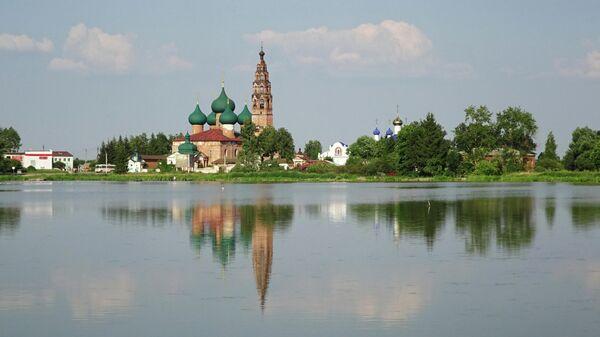 Ансамбль Великосельского кремля, вид с Черного пруда