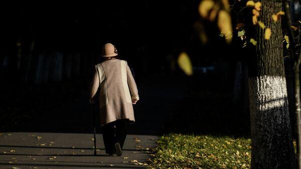 Пожилая женщина на прогулке