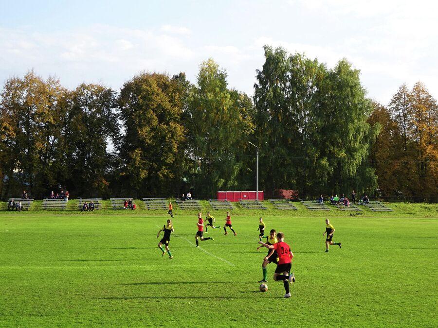Детские команды играют на стадионе  Труд