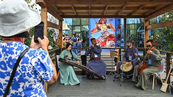 Музыканты в национальных костюмах на выставке Улица Дальнего Востока во Владивостоке
