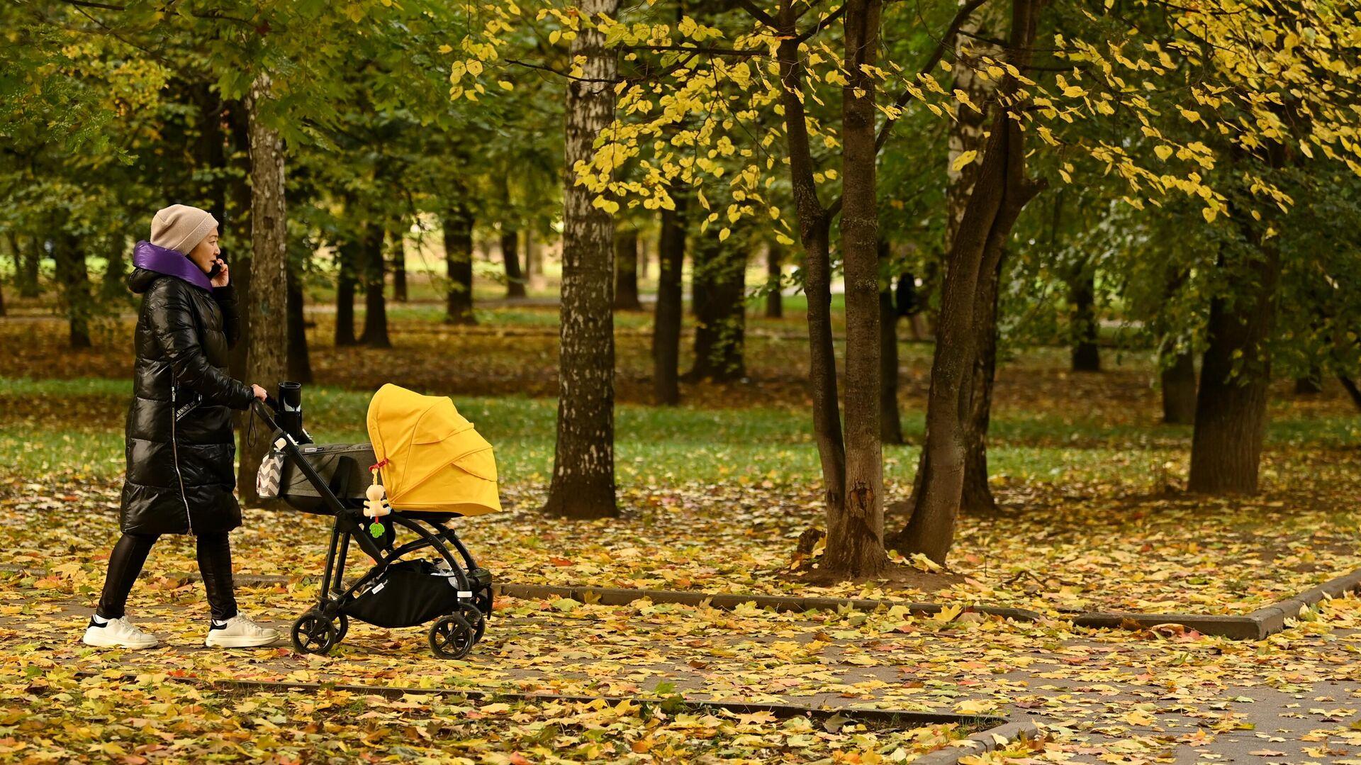 Женщина с коляской во время прогулки в парке Красная Пресня в Москве - РИА Новости, 1920, 06.10.2021