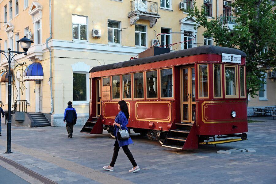 Ретротрамвай Семен на пешеходной улице Волжской у парка Липки