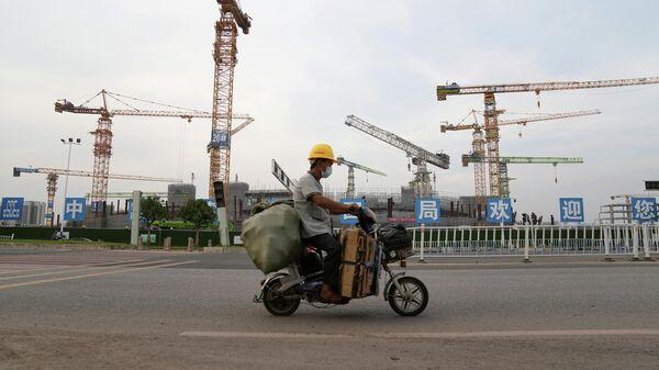 Строительная площадка футбольного стадиона, разработанного China Evergrande Group, в Гуанчжоу