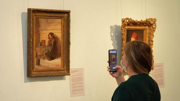 Посетители на выставке Женщины в истории русского искусства XVIII-XX веков из собрания Русского музея