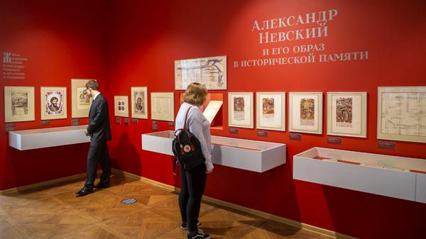 Посетители на выставке Александр Невский и его образ в исторической памяти в выставочном зале федеральных архивов в Москве