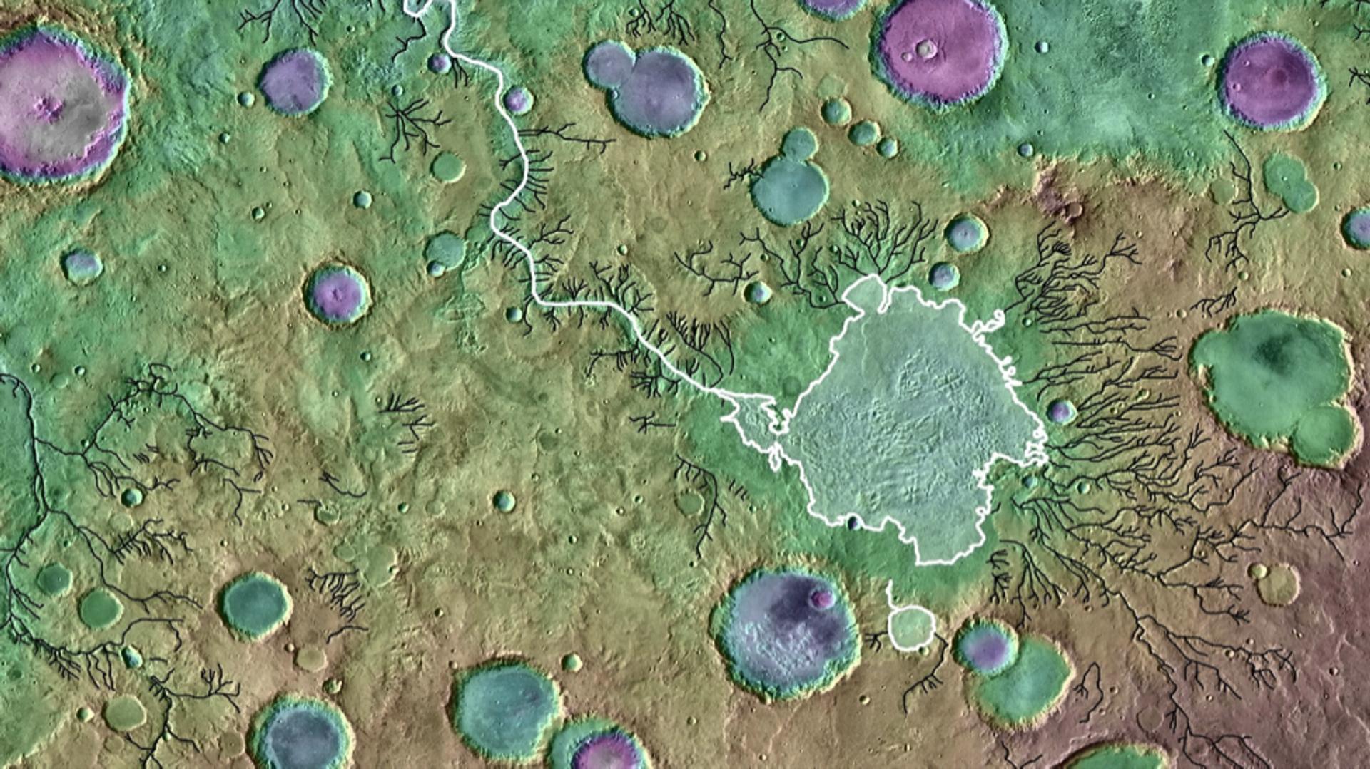 Раскрашенная топографическая карта фрагмента поверхности Марса, полученная с помощью лазерного высотомера космического зонда Mars Orbiter. Белыми линиями обозначены контуры бывших кратерных озер и прорывной каньон, черными - прочие речные долины. Размер изображения - примерно 650 километров в поперечнике - РИА Новости, 1920, 29.09.2021