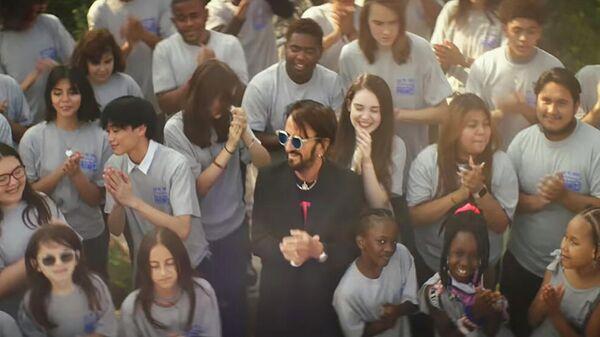 Кадр из клипа Ringo Starr - Let's Change The World