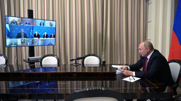 Президент РФ Владимир Путин проводит в режиме видеоконференции совещание по вопросам развития космической отрасли