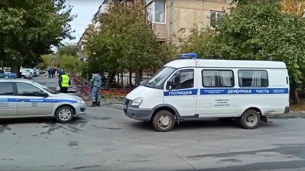 Сотрудники полиции на месте убийства трех девушек в городе Гай Оренбургской области. Кадр видео