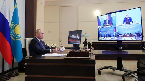 Президент РФ Владимир Путин в режиме видеоконференции принимает участие в пленарном заседании XVII Форума межрегионального сотрудничества России и Казахстана
