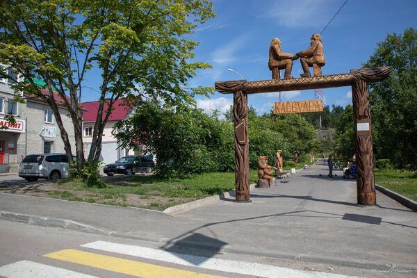 Сквер Калевала с галереей деревянных скульптур в Лахденпохья