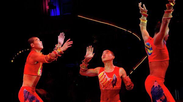 Члены акробатической труппы Уцяо во время представления цирка Big Apple Circus