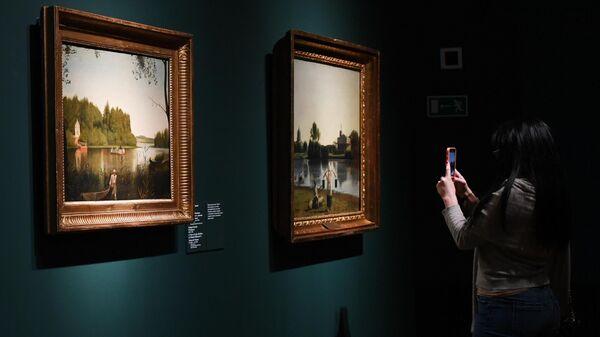 Посетительница фотографирует на смартфон одну из картин на открытии выставки Алексей Венецианов. Пространство, свет и тишина в Инженерном корпусе Третьяковской галереи в Москве