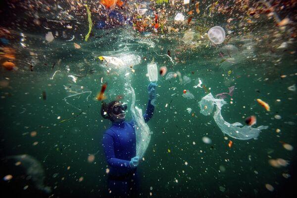 Работа фотографа из Турции Шебнема Кошкуна Новая опасность для подводного мира: отходы COVID-19, получившая Гран при в Фотоконкурсе имени Андрея Стенина
