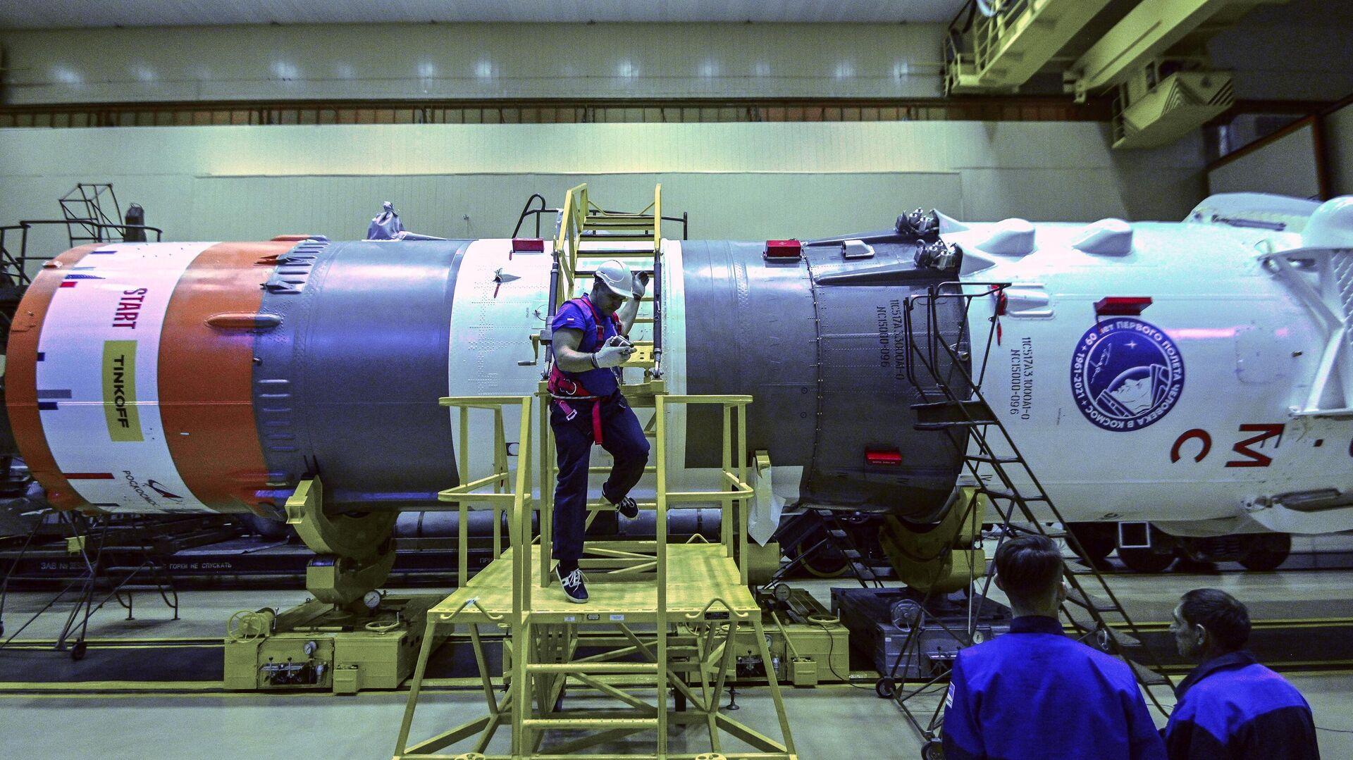Сборка ракеты космического назначения Союз-2.1а на Байконуре - РИА Новости, 1920, 01.10.2021
