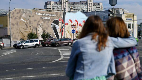 Граффити с изображением актера Василия Ланового на фасаде дома 1/5 на улице Александра Солженицына в Москве