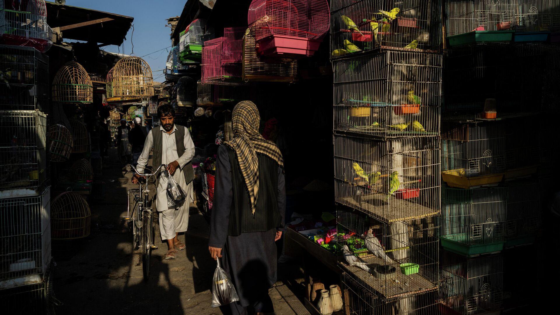 Мужчина на рынке в Кабуле, Афганистан  - РИА Новости, 1920, 14.10.2021