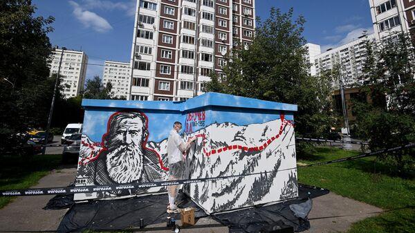 Художник рисует граффити на фасаде тpaнcфopмaтopной подстанции ОЭК на улице Обручева 22, корпус 1, строение 1 в Москве