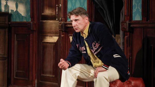 Сергей Угрюмов в спектакле Ночь в отеле