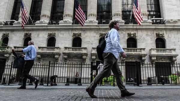 Люди выходят из здания Федерального резерва США