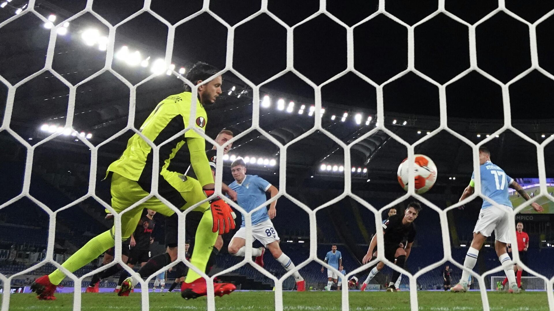 Лацио забивает гол в ворота Локомотива - РИА Новости, 1920, 01.10.2021