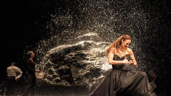 Сцена из спектакля Полнолуние Вуппертальского танцтеатра Пины Бауш