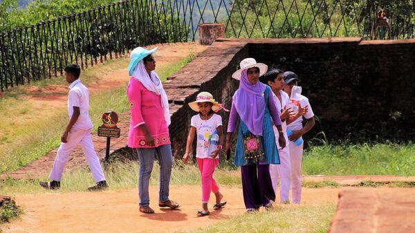 Туристы на скальном плато Сигирия в Шри-Ланке